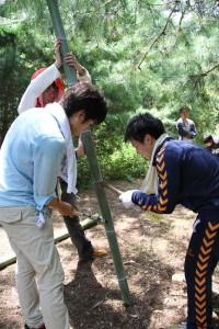 竹を割る参加者