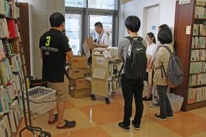 参加者は作業後にクリアファイルなどの特典を受け取った(撮影=嶋田敬史)