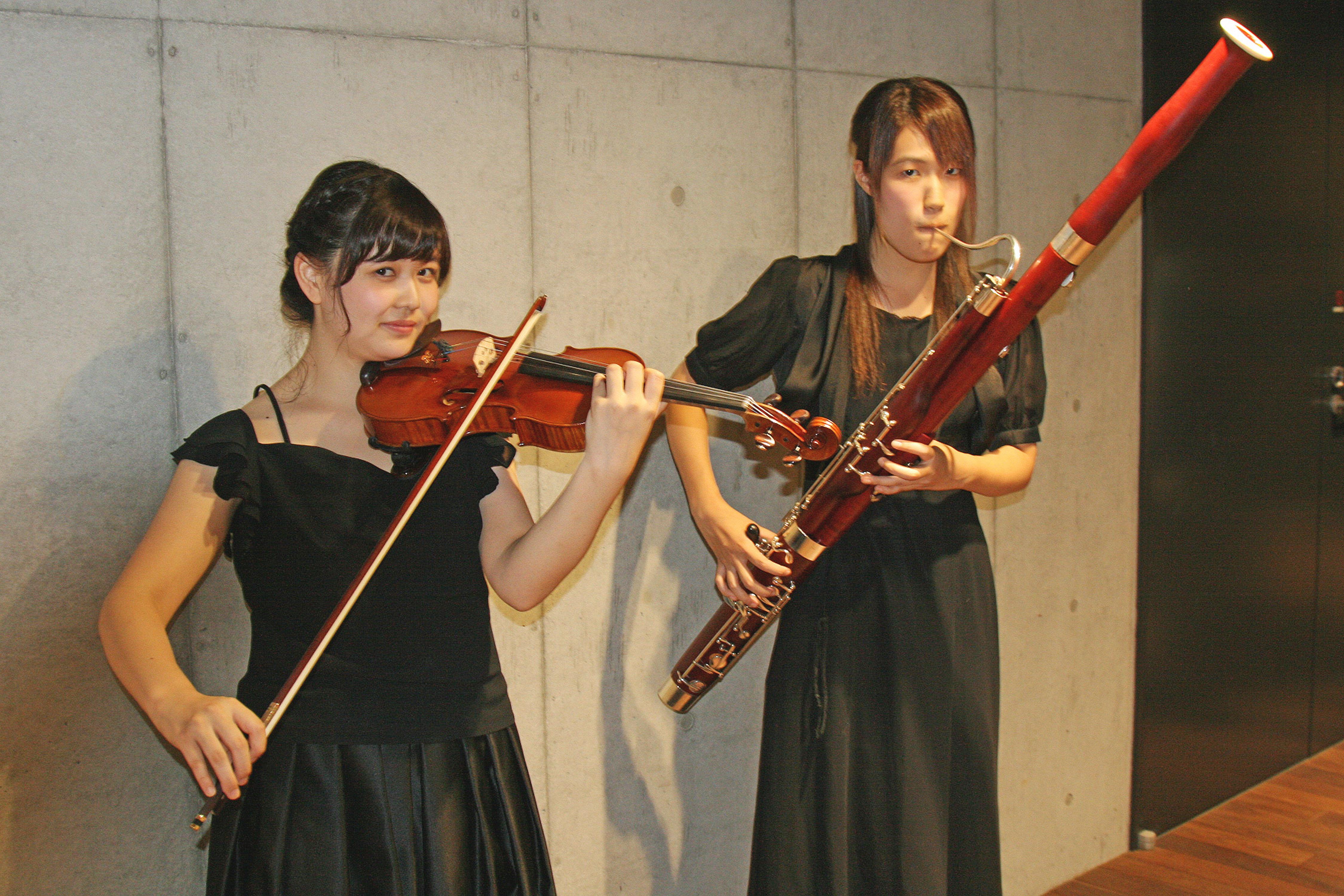 コンサートミストレスの村上絢子さん(左)と団長の石田瑞穂さん(撮影=前山幸一)