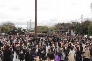 大阪城ホール前に集まる卒業生ら