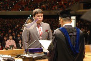学士学位記を受け取る学生代表