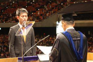 楠本賞を授与される卒業生