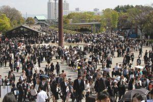 新入生や同伴者らで賑わう大阪城ホール前