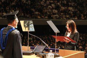大学院入学生宣誓を行う川崎知美さん