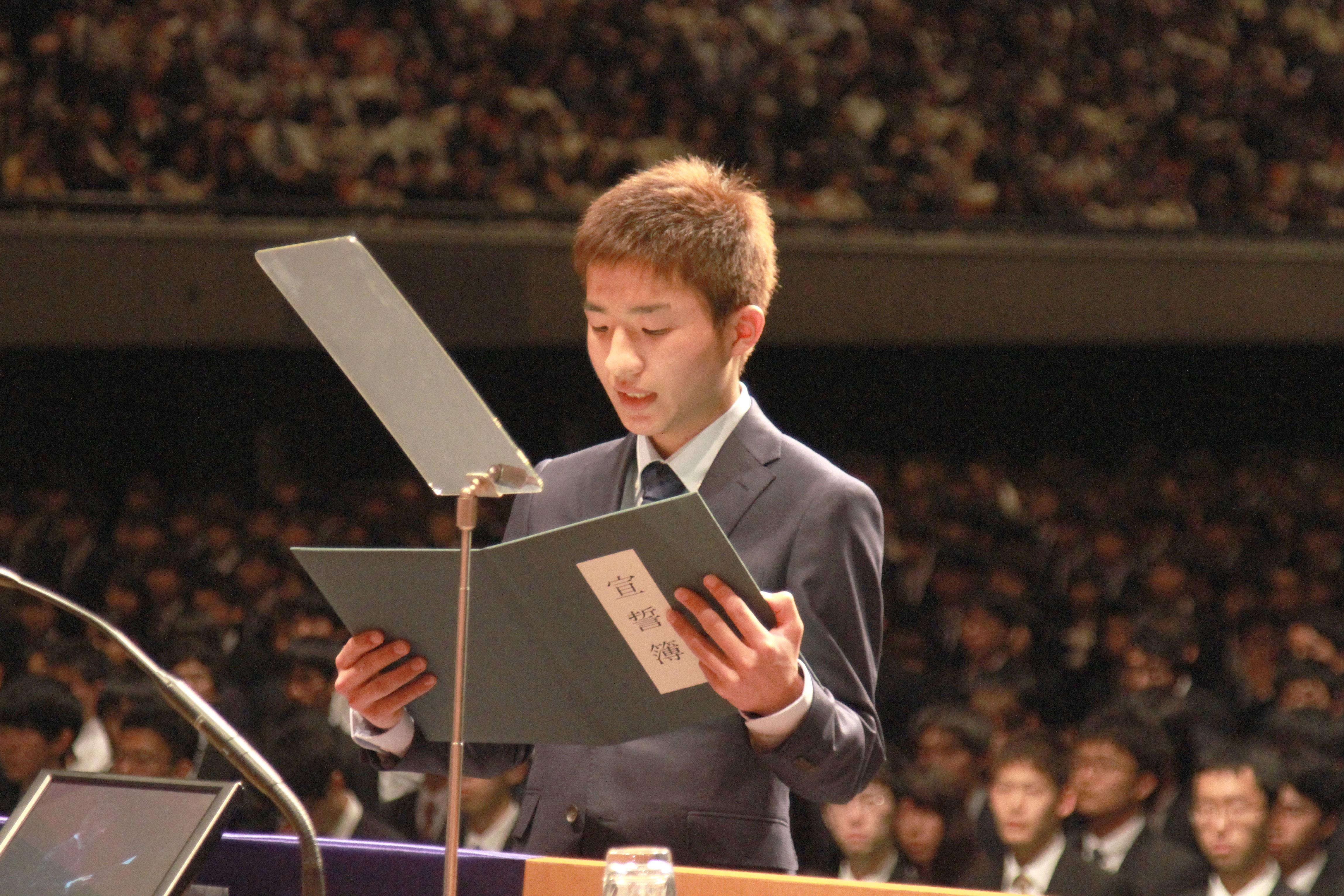 学部入学生宣誓を行う椎慶一郎さん