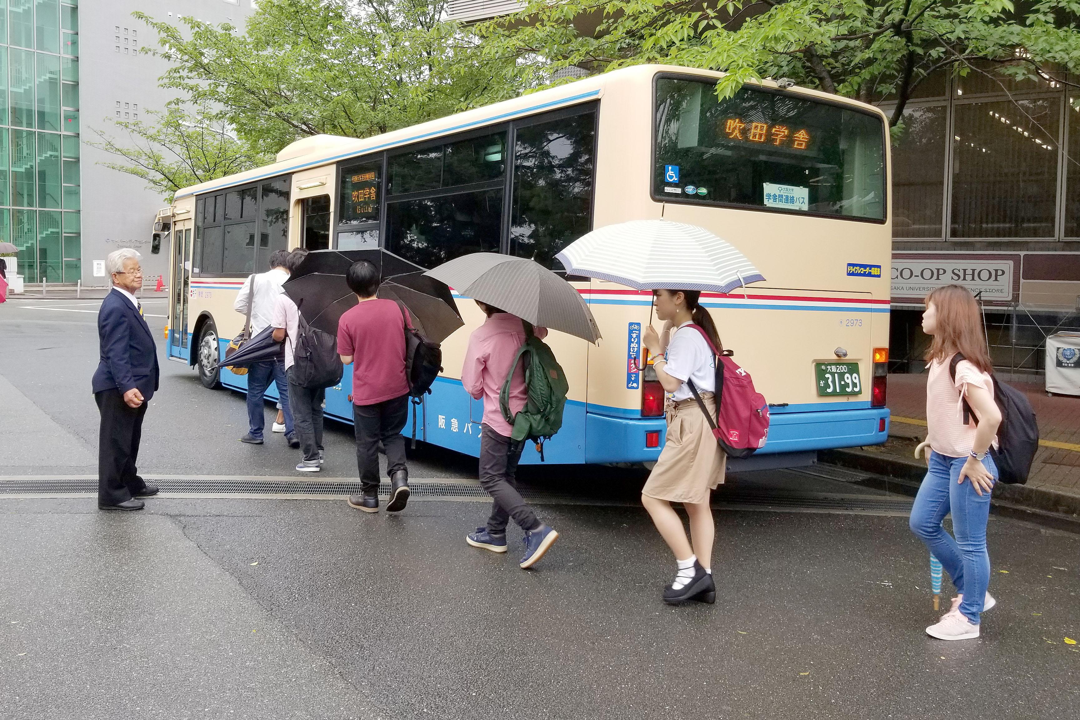 学内連絡バスに乗り込む学生ら(6月20日・豊中キャンパスで 撮影=長砂太賀)