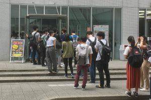 学生交流棟の外まで延びるカフェテリアかさねの行列(6月27日午後0時9分 撮影=山本秀明)