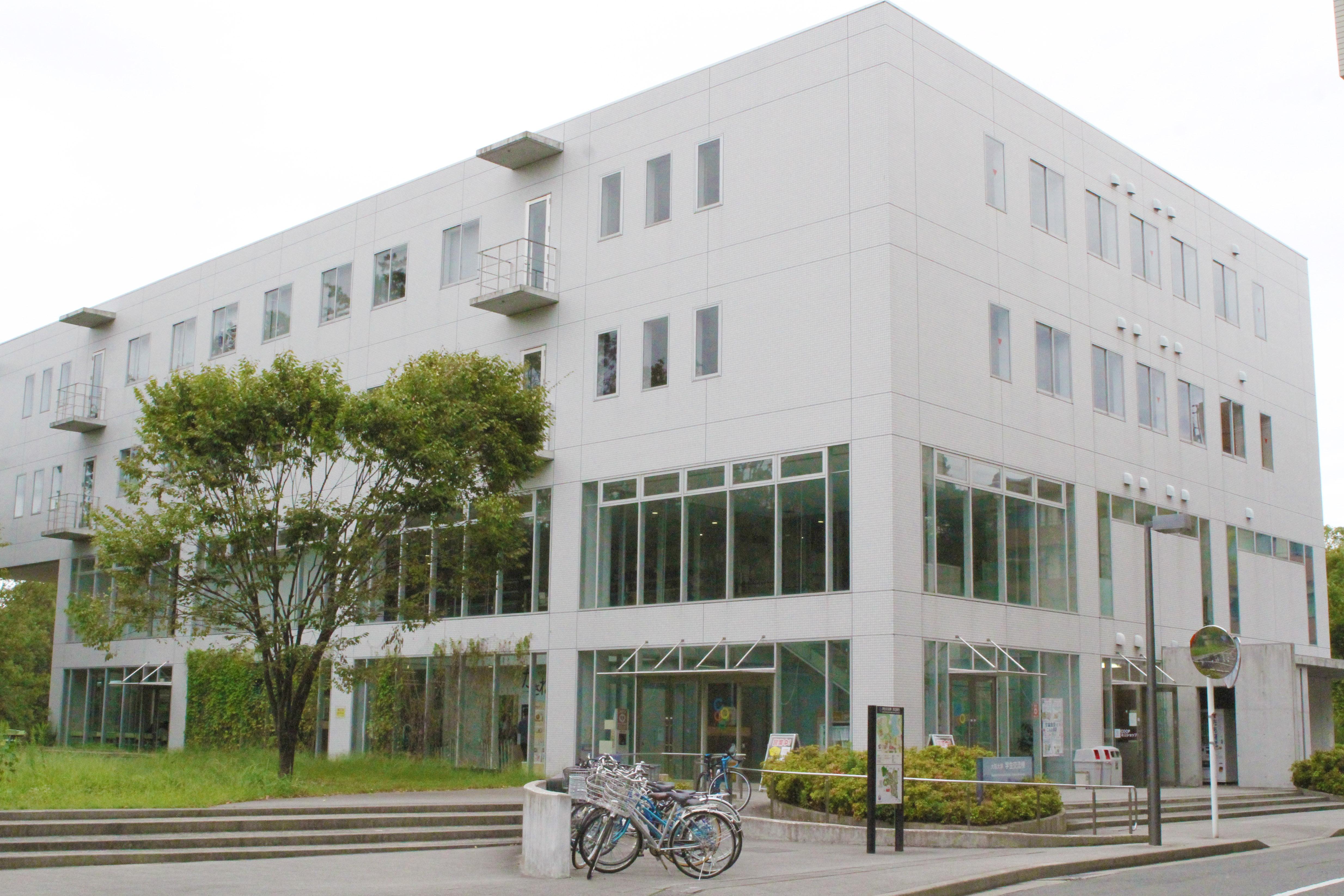 改修工事が始まる学生交流棟(9月26日・豊中キャンパスで 撮影=山本秀明)