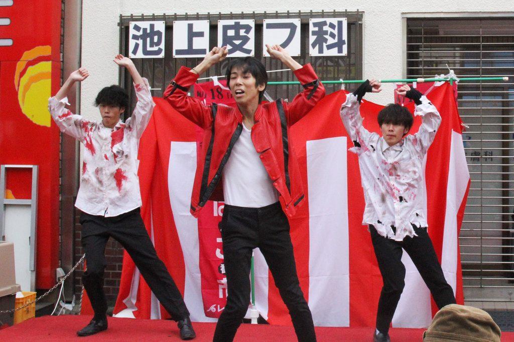 「Thriller」のコピーダンスをするマイケル・ジャクソンダンス研究会(撮影=山本秀明)