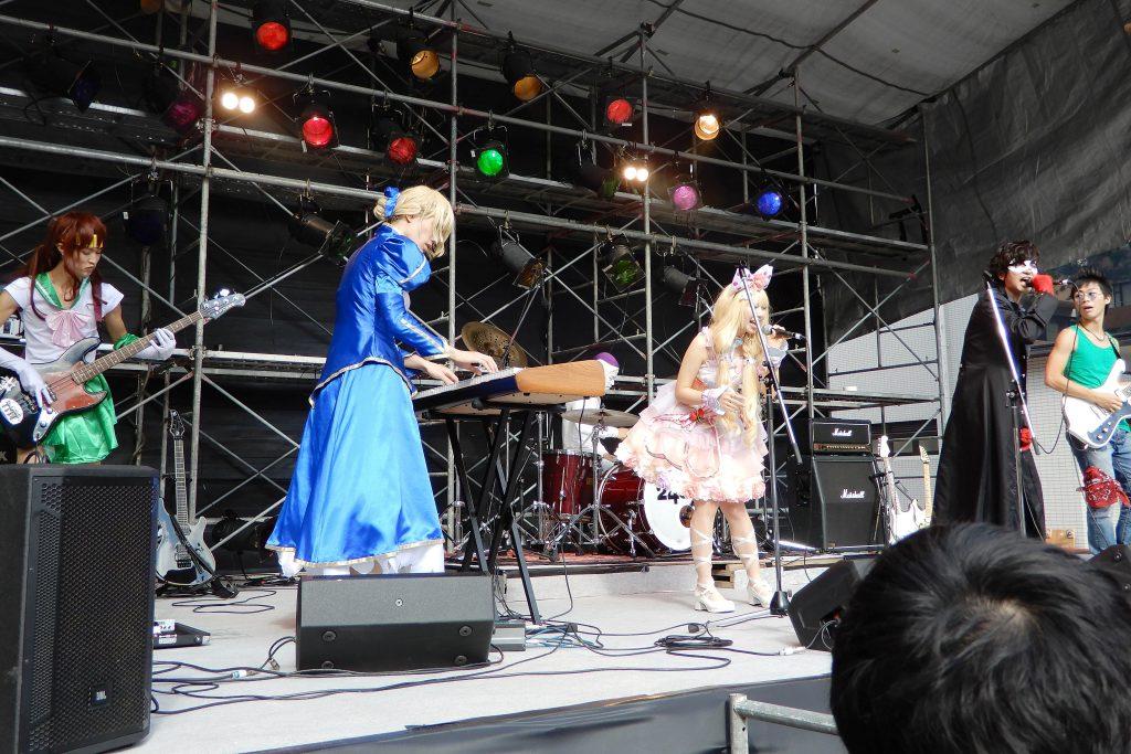 コスプレ衣装を身に着け演奏するメンバーら(ステージ奏で 撮影=武田寛明)