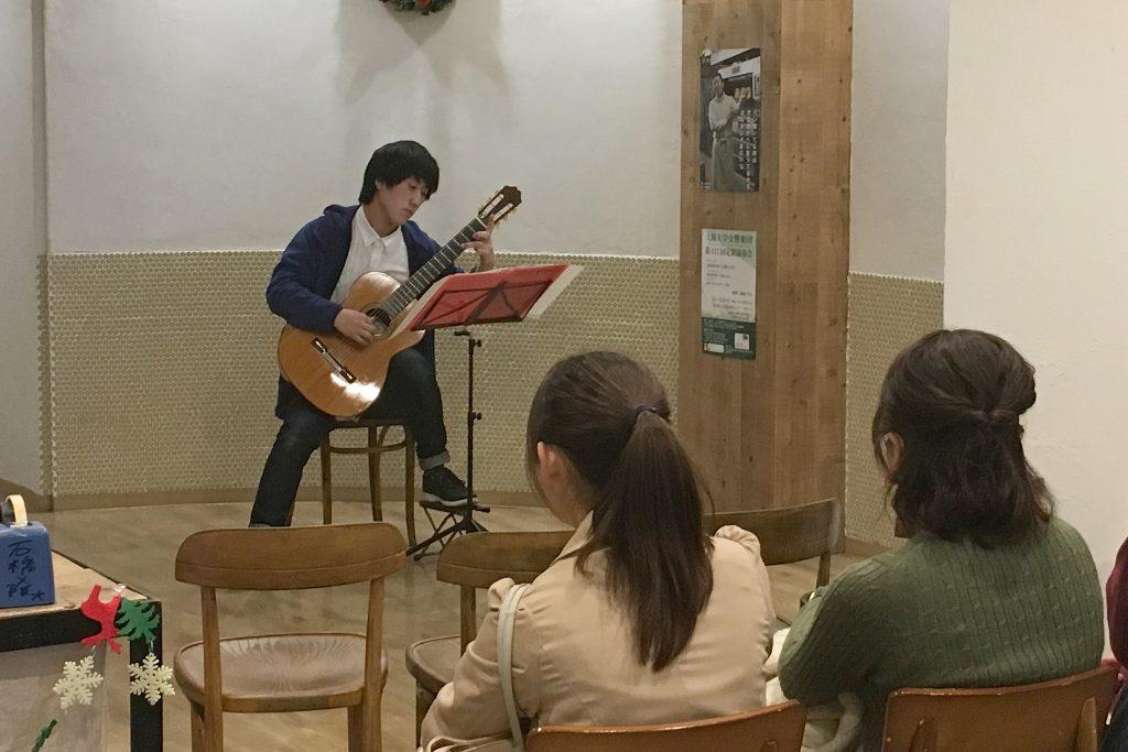 タローパンで演奏するギタークラブの部員(撮影=山本秀明)