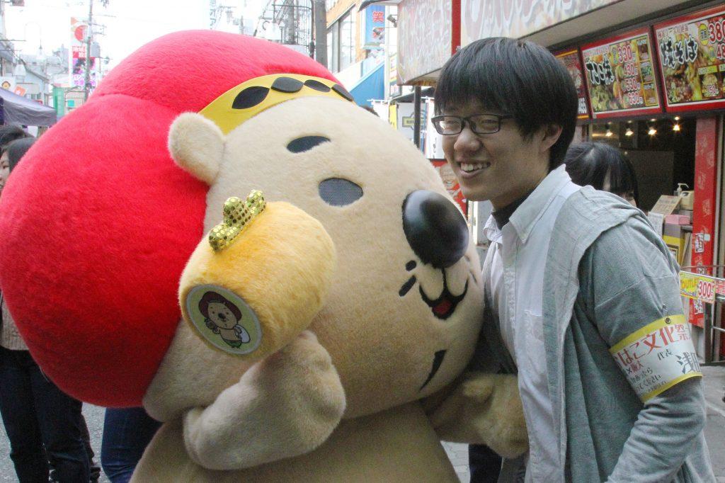 池田市イメージキャラクター「ふくまる」くんと笑顔を見せる浅田圭佑さん(撮影=山本秀明)