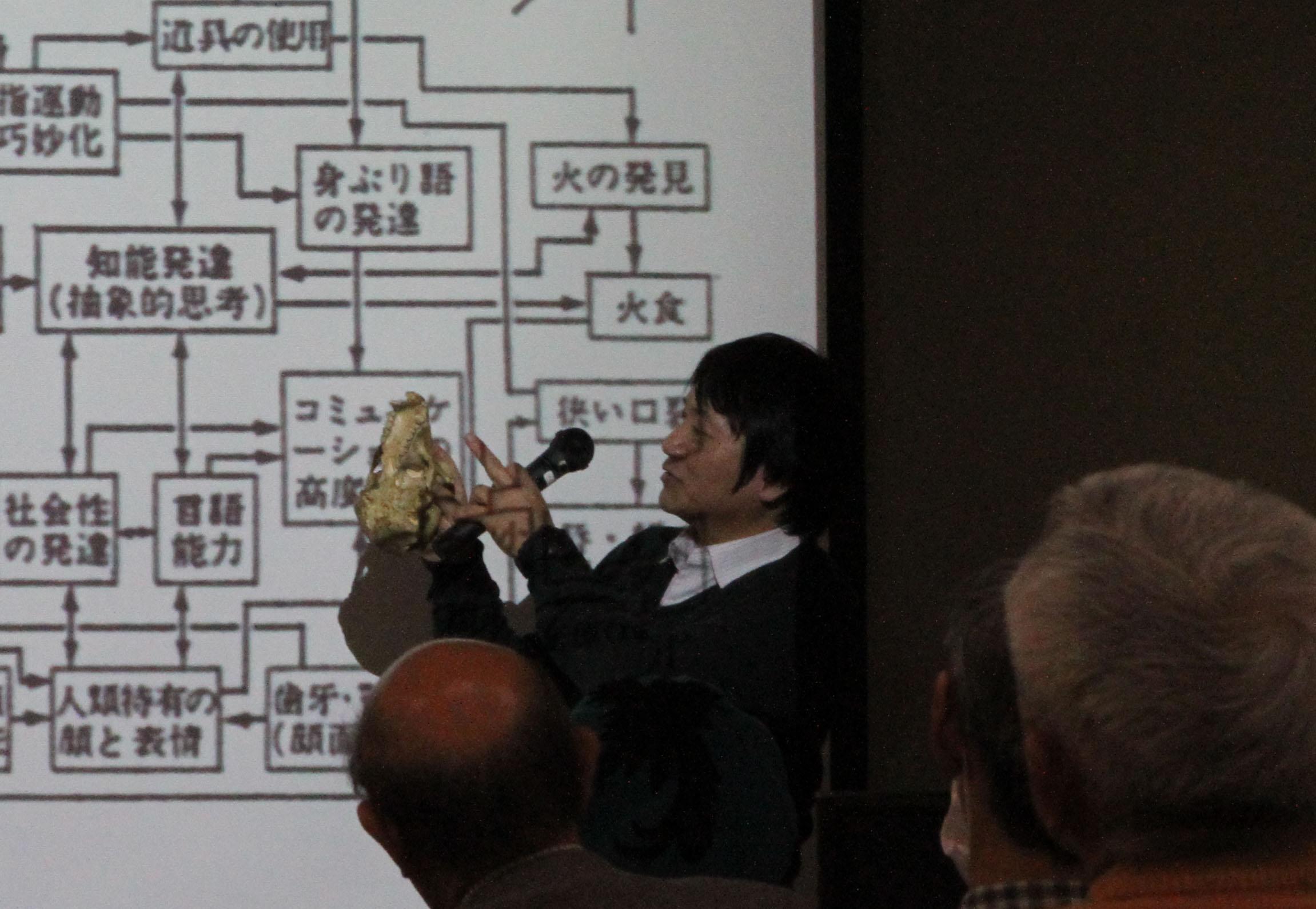 化石を片手に講演する中野良彦准教授(撮影=児玉七海)