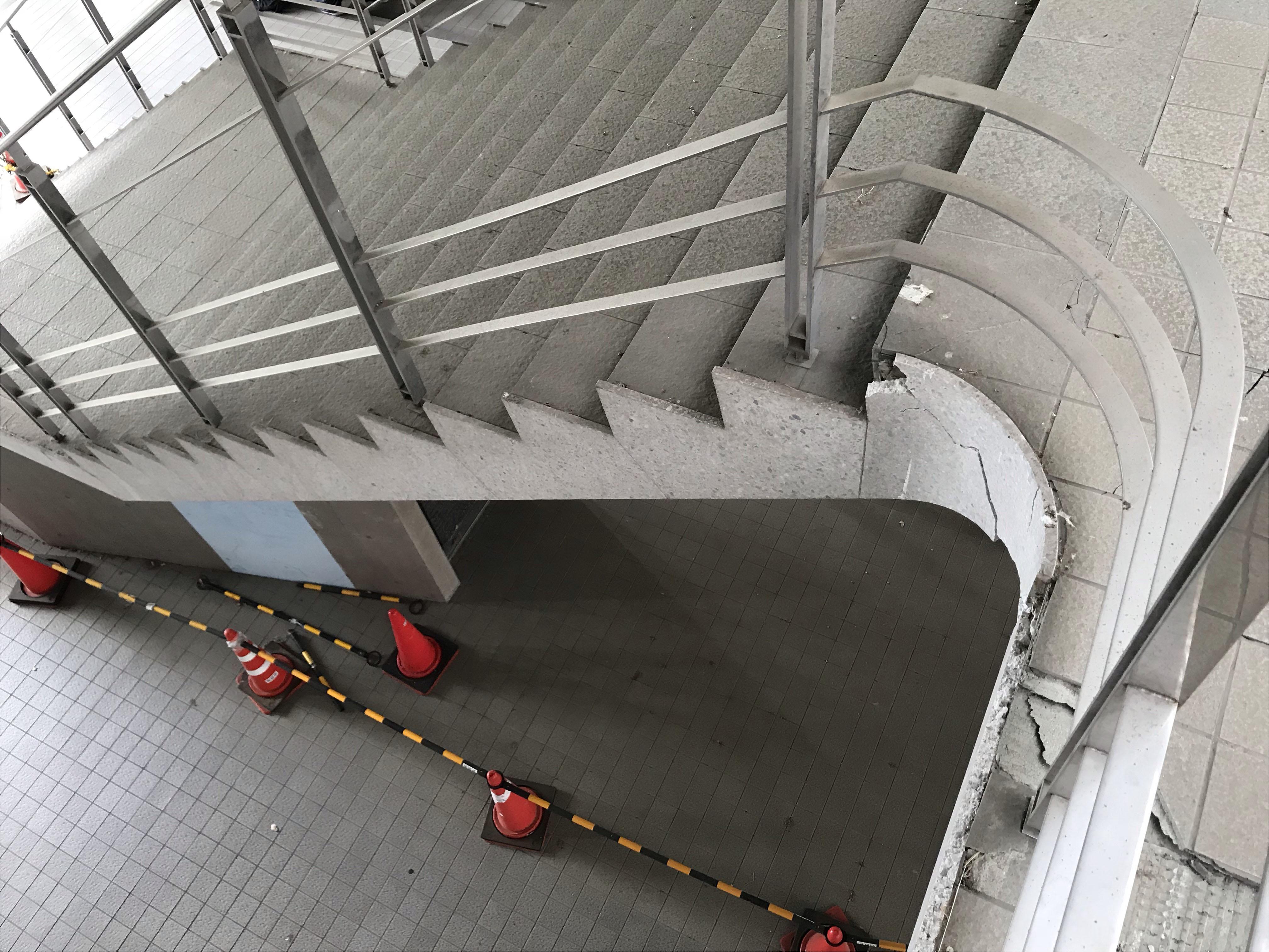 修理が進んでいない医学部棟の階段