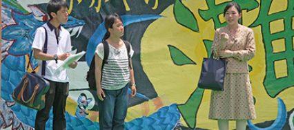 2日の灘チャレンジで上演された阪神・淡路大震災をテーマにした寸劇の一幕(都賀川公園で 撮影=瀧本善斗)