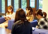 ラオスの子どもの教育費を教科書の再販売による収益で支援する団体「STUDY FOR TWO」京女支部が今年2月設立され、毎週木曜日の午後6時からS校舎ラウンジにてミーティングが行われている。