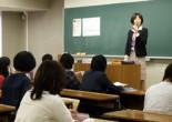 図書館サポートボランティア「図書活(トショカツ)」学生スタッフの説明会がA.J.E校舎とそれぞれ別の場所で4月24日から26日にかけて開かれ、1年生から4年生まで60人ほどの学生が参加した。