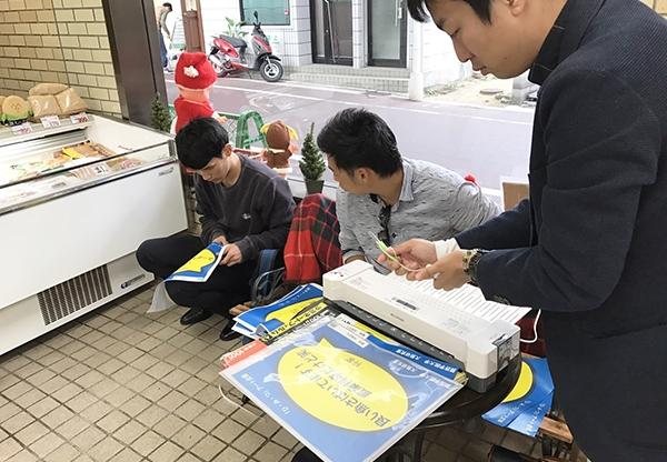 【1月号掲載】人間福祉学部 大熊ゼミ 商店街の「ひみつ」をポスターに