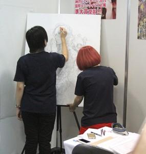 【写真】ライブペインティングをする京都嵯峨芸術大の学生(撮影=山﨑祐貴)