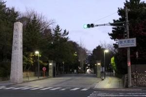 日の出前の阪大正門