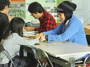 小学生と「日時計」を作る京大の博物館実習生ら